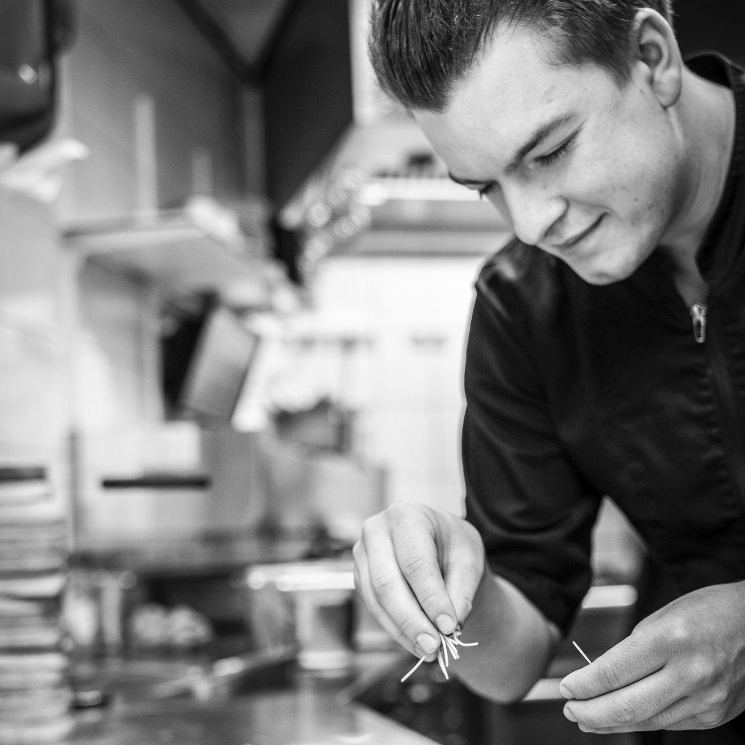 Kok in de keuken van Restaurant Brasserie Quinty's De Koog Texel